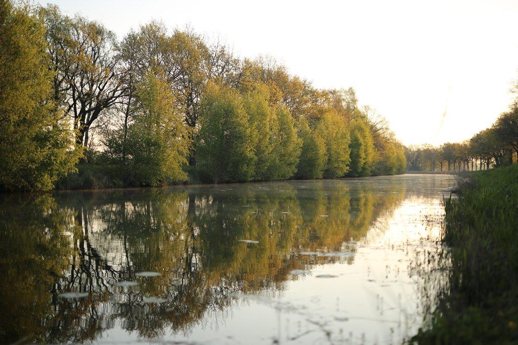 Een oud idyllisch kanaal met helder water. Ik hou ervan!