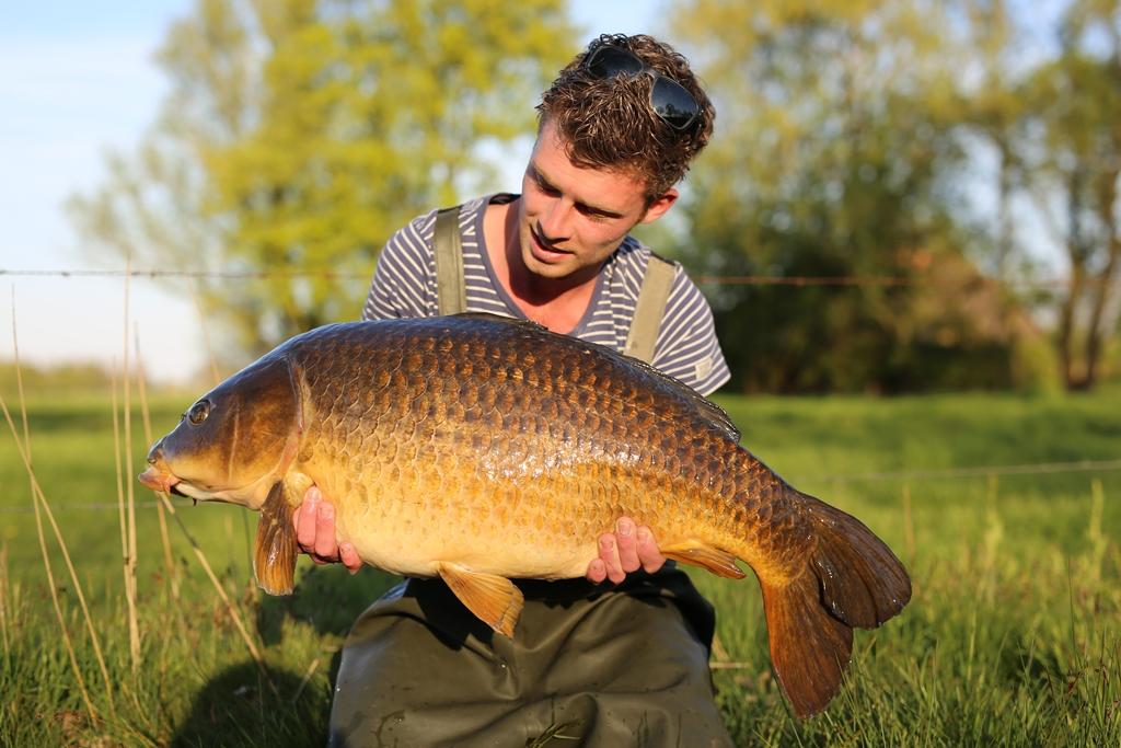 We maken een mooie serie foto's en Matthijs is zichtbaar onder de indruk van zijn vangst.